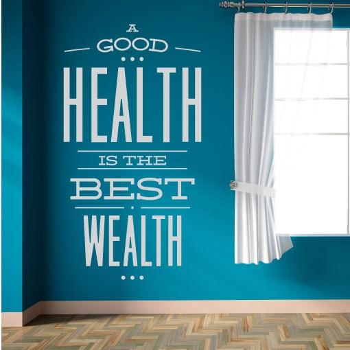 Primer izgleda svetlo sive samolepilne stenske nalepke A Good Health is The Best Wealth na turkizno modri steni ob oknu. Nalepka je napis, ki se glasi: A Good Health is The Best Wealth.