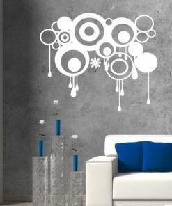 Primer izgleda bele stenske nalepke Abstraktni krogci na sivi steni