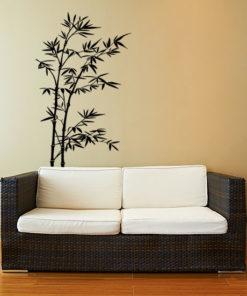 Primer izgleda črne samolepilne stenske nalepke Bambus na bež steni v dnevni sobi.