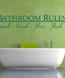 Nadomestno besedilo + besedilo v sliki Primer izgleda zelene stenske nalepke Bathroom rules na zeleni steni nad kadjo v kopalnici. Nalepka je napis, ki se glasi: Bathroom rules - wash, brush, floss, flush.