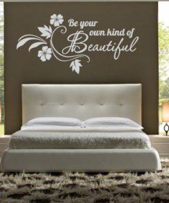 Nadomestno besedilo + besedilo v sliki Primer izgleda svetlo sive stenske nalepke Be your own kind na steni kavne barve nad posteljo v spalnici. Nalepka je napis, ki se glasi: Be your own kind beautiful.