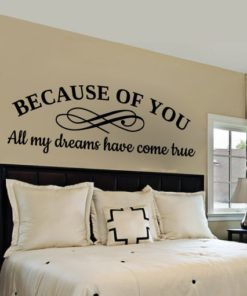 Primer izgleda črne stenske nalepke Because of you na kapučino steni nad posteljo v spalnici. Nalepka je napis, ki se glasi: Because of you. All my dreams have come true.