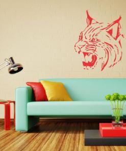 Primer izgleda rdeče samolepilne stenske nalepke Bobcat na bež steni v dnevni sobi.