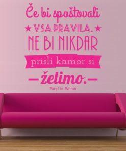Primer izgleda roza samolepilne stenske nalepke Če bi spoštovali vsa pravila na roza steni nad zofo. Nalepka je citat Marilyn Monroe, ki se glasi: Če bi spoštovali vsa pravila, ne bi nikdar prišli kamor si želimo.