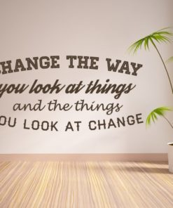 Primer izgleda čokoladne rjave stenske nalepke Change the way you look at things na beli steni. Nalepka je napis, ki se glasi: Change the way you look at things and the things you look at change.