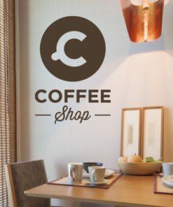 Primer izgleda čokoladno rjave samolepilne stenske nalepke Coffe shop bubble na beli steni v jedilnici. Nalepka je napis, ki se glasi: Coffe shop.