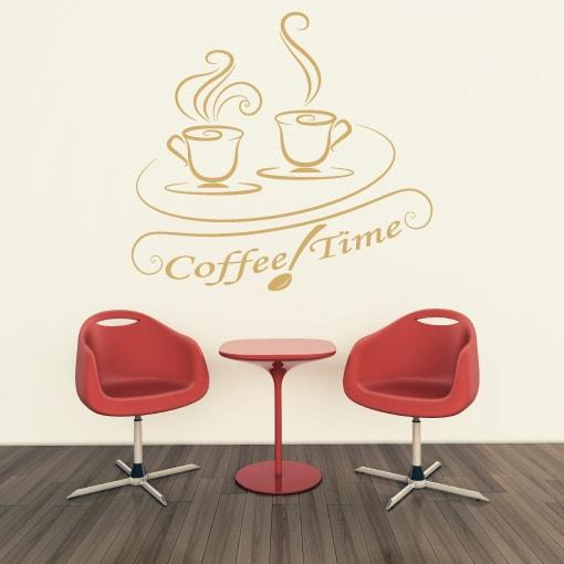 Primer izgleda bež samolepilne stenske nalepke Coffe time na krem steni v kavarni. Nalepka je napis, ki se glasi: Coffe time.