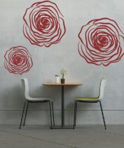 Primer izgleda rdeče samolepilne stenske nalepke Cvet vrtnice na sivi steni v jedilnici.
