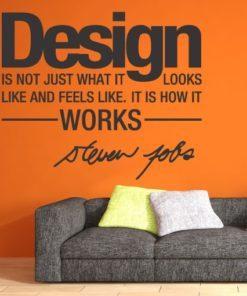 Primer izgleda temno sive samolepilne stenske nalepke Design na oranžni steni nad sedežno v dnevni sobi. Nalepka je citat Steve Jobs, ki se glasi: Design is not just what it looks like and feels like. It is how it works.
