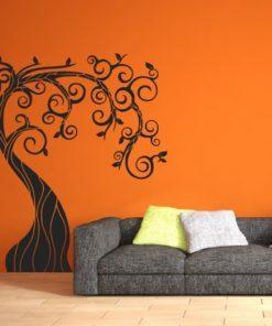 Primer izgleda črne samolepilne stenske nalepke Drevo Rustik na oranžni steni v dnevni sobi.