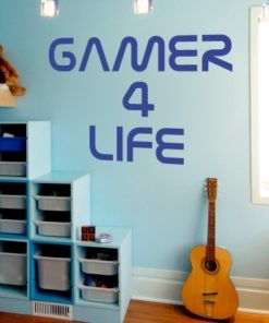 Primer izgleda modre samolepilne stenske nalepke Gamer 4 life na svetlo modri steni v otroški sobi. Nalepka je napis, ki se glasi: Gamer 4 life.