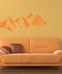 Primer izgleda oranžne samolepilne stenske nalepke Gore na oranžni steni v dnevni sobi.