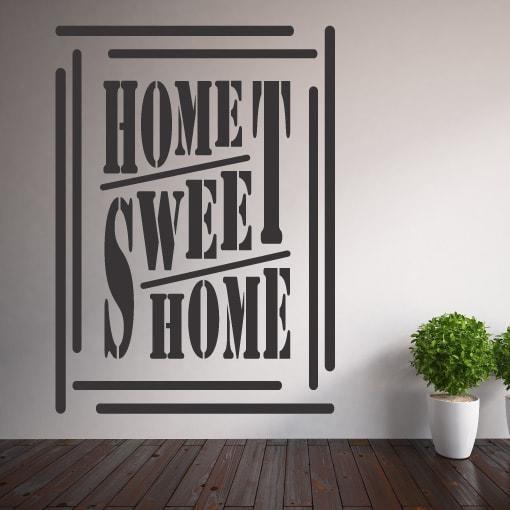 Primer izgleda grafitno sive samolepilne stenske nalepke Home sweet home okvir na beli steni. Nalepka je napis, ki se glasi: Home sweet home.