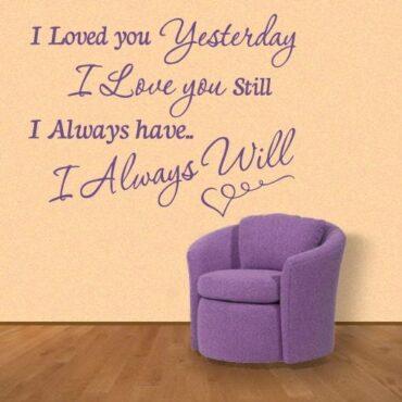 Primer izgleda vijolične samolepilne stenske nalepke I loved you Yesterday na bež steni v dnevni sobi. Nalepka je napis, ki se glasi: I loved you Yesterday. I love you still. I always have... I always will.