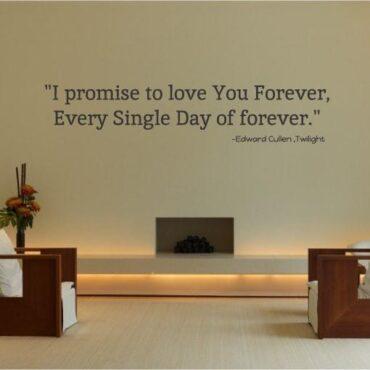 Primer izgleda črna samolepilne stenske nalepke love You Forever na bež steni v dnevni sobi nad kaminom. Nalepka je citat Edward Cullen - Twilight, ki se glasi: I promise to love You Forever, every single day of forever.