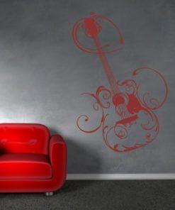 Primer izgleda rdeče samolepilne stenske nalepke Kitara na sivi steni v dnevni sobi.
