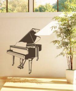 Primer izgleda črne samolepilne stenske nalepke Klavir na beli steni v dnevni sobi.