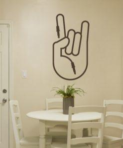 Primer izgleda čokoladno rjave samolepilne stenske nalepke Music peace na beli steni v jedilnici.