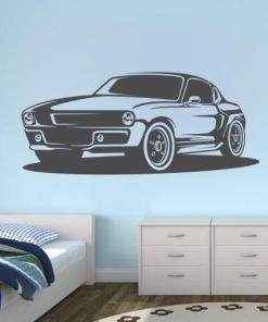 Primer izgleda grafitno sive samolepilne stenske nalepke Mustang 1969 na beli steni.