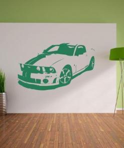 Primer izgleda zelene samolepilne stenske nalepke Mustang na beli steni. Nalepka za steno