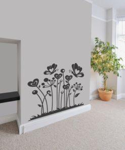 Primer izgleda črne stenska nalepka Narava in metuljčki na beli steni.