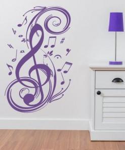 Primer izgleda vijolične samolepilne stenske nalepke Note 2 na beli steni v otroški sobi.