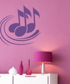 Primer izgleda vijolične samolepilne stenske nalepke Note 3 na roza steni v otroški sobi.