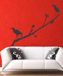 Primer izgleda črne stenska nalepka Ptički na vejici na rdeči steni v dnevni sobi.