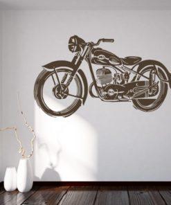 Primer izgleda čokoladno rjave samolepilne stenske nalepke Retro motor na beli steni.