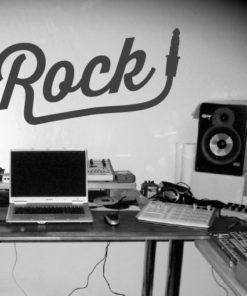 Primer izgleda črne samolepilne stenske nalepke Rock plug na sivi steni v studiu.
