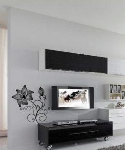 Primer izgleda črne stenska nalepka Roža Exclusive na beli steni v dnevni sobi.