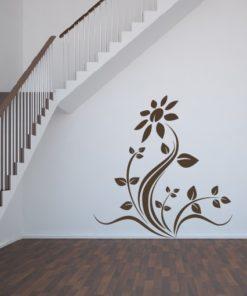 Primer izgleda čokoladno rjave stenska nalepka Roža Tattoo na beli steni na stopnišču.