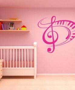 Primer izgleda roza samolepilne stenske nalepke Violinski ključ in klavir na roza steni v otroški sobi.