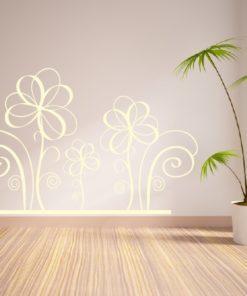 Primer izgleda bež stenska nalepka Zavite rožice na beli steni v dnevni sobi.