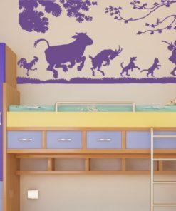 Primer izgleda vijolične stenska nalepka Živali ki sledijo človeku na beli steni v otroški sobi.