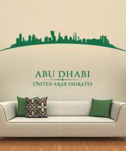 Primer izgleda zelene samolepilne stenske nalepke Abu Dhabi ukrivljen na bež steni v dnevni sobi.