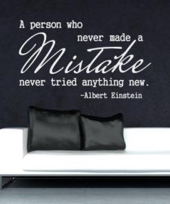 Primer izgleda bele samolepilne stenske nalepke Albert Einstein Citat - Mistake na črni steni v dnevni sobi.