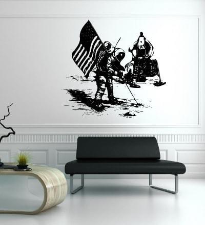 Primer izgleda črne samolepilne stenske nalepke Apollo pristanek na beli steni v čakalnici nad zofo.