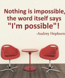 Primer izgleda rdeče samolepilne stenske nalepke Audrey Hepburn Citat - Nothing is impossible na bež steni v jedilnici. Nalepka je citat Audrey Hepburn, ki se glasi: Nothing is impossible, the word itself says - I'm possible!