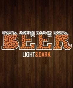 Primer izgleda dvobarvne samolepilne stenske nalepke BEER z mehurčki na leseni steni v dnevni sobi. Nalepka ima napis, ki se glasi: BEER - light & dark.