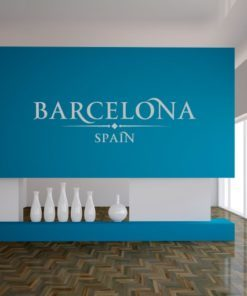 Primer izgleda bele samolepilne stenske nalepke Barcelona Spain napis na modri steni v dnevni sobi.
