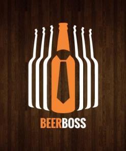 Primer izgleda dvobarvne samolepilne stenske nalepke Beer boss na leseni steni v dnevni sobi.