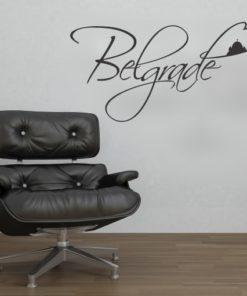 Primer izgleda črne samolepilne stenske nalepke Beograde zastava v kotu na beli steni v dnevni sobi.