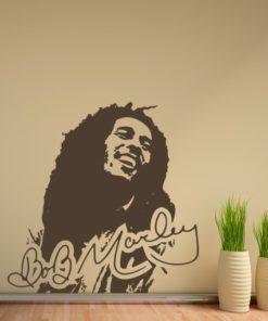 Primer izgleda čokoladno rjave samolepilne stenske nalepke Bob Marley na bež steni v dnevni sobi.