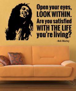 Primer izgleda črne samolepilne stenske nalepke Bob Marley Citat - Open your eyes na bež steni v dnevni sobi. Nalepka je citat Bob Marley, ki se glasi: Open your eyes, LOOK WITHIN. Are you satisfied with the life you're living?