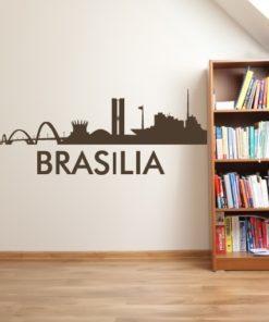Primer izgleda čokoladno rjave samolepilne stenske nalepke Brasilia na bež steni v dnevni sobi.