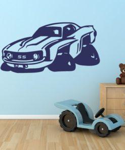 Primer izgleda temno modre samolepilne stenske nalepke Camaro SS na modri steni v otroški sobi.