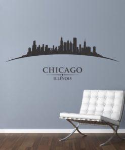 Primer izgleda črne samolepilne stenske nalepke Chicago ukrivljen na sivi steni v dnevni sobi.