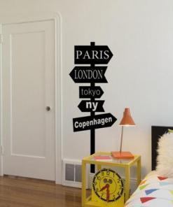 Primer izgleda črne samolepilne stenske nalepke City map na beli steni v spalnici. Na nalepki piše: Paris London Tokyo NY Copenhagen