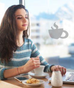 Primer izgleda peskane samolepilne stenske nalepke Coffee mug na steklu v kavarni.